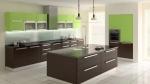Cucina con pareti verdi e mobili in legno